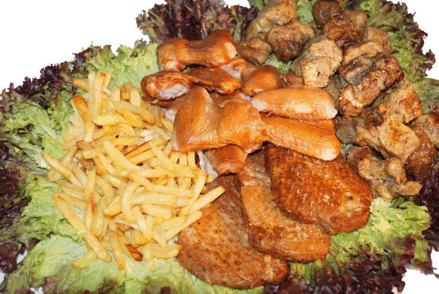 Salatteller mit Pommes Geflügelfleisch und Schasclik