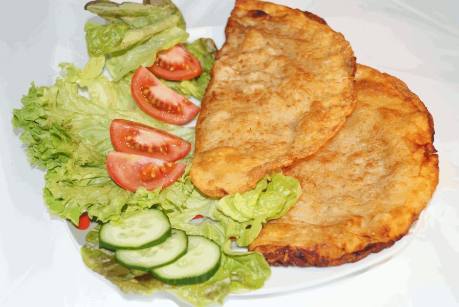 Tscheburekteller mit Salat
