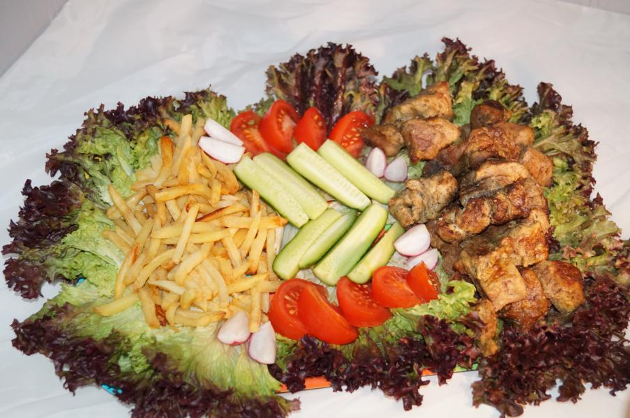 Schaschlikteller mit Pommes und Salat